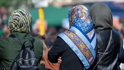 Bekommt eine hellhäutige, offensichtlich deutschstämmige Frau häufiger Unterstützung als eine Frau, deren Aussehen auf einen Migrationshintergrund schließen lässt und die einen Hidschab - eine Art Kopftuch- trägt?