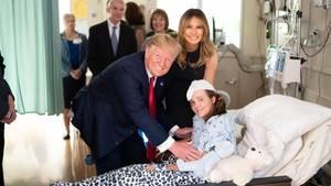US-Präsident Donald Trumpund seine Frau Melania besuchen ein Opfer des Massakers in Dayton, Ohio