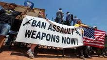 USA, El Paso: Demonstranten halten ein Banner