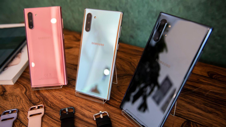 Drei Modelle des Samsung Galaxy Note 10 stehen auf einem Tisch