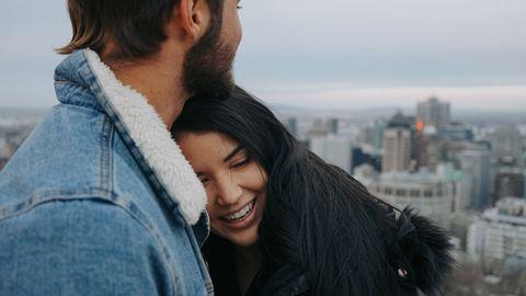 Frau und Mann umarmen sich