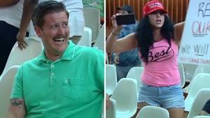 Alex Kack kann sich das Lachen während einer Stadtratssitzung in Tucson einfach nicht verkneifen