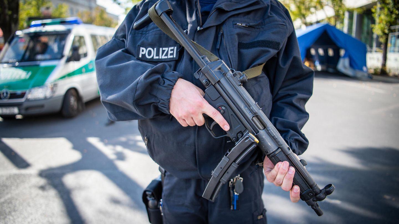 Ein Polizeibeamter mit Maschinenpistole vom Typ MP5