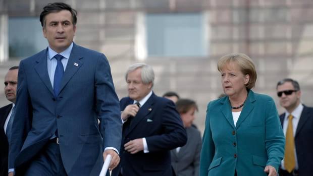 Trippelschritte in Tiflis: Merkel als Schlichterin im Streit zwischen Georgien und Russland. Vor ihr läuft Georgiens Präsident Saakaschwili.