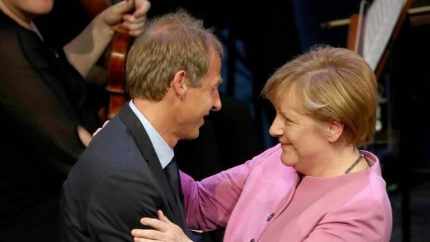 Fan-Gemeinschaft:Merkel mit Ex- Bundestrainer Jürgen Klinsmann, der sie gern als US-Präsidentin sähe