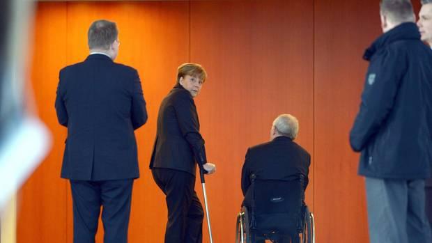 Merkels Stützen:Die Kanzlerin auf Krücken mit ihrem wichtigsten Mann, Finanzminister Wolfgang Schäuble