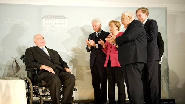 Klatschen für Kohl:Merkel mit Bill Clinton, Henry Kissinger und Academy- Präsident Norman Pearlstine (v.l.) bei der Ehrung für Altkanzler Helmut Kohl. Der erwähnt sie mit keinem Wort