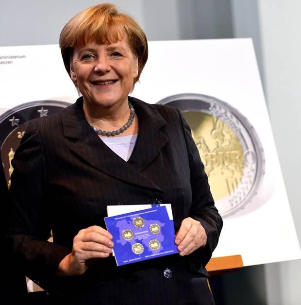 Numismatikerin: Merkel bei der Präsentation der Zwei-Euro-Gedenkmünze Niedersachsens. Jedes Jahr kommt ein anderes Bundesland zum Zug.