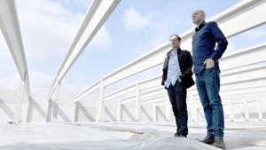 Neumünster: Hendrik Knopp (r.), Geschäftsführer des Betreibers Aphria Deutschland GmbH und Thorsten Kolisch, Baustellenleiter, stehen im Rohbau der Anlage
