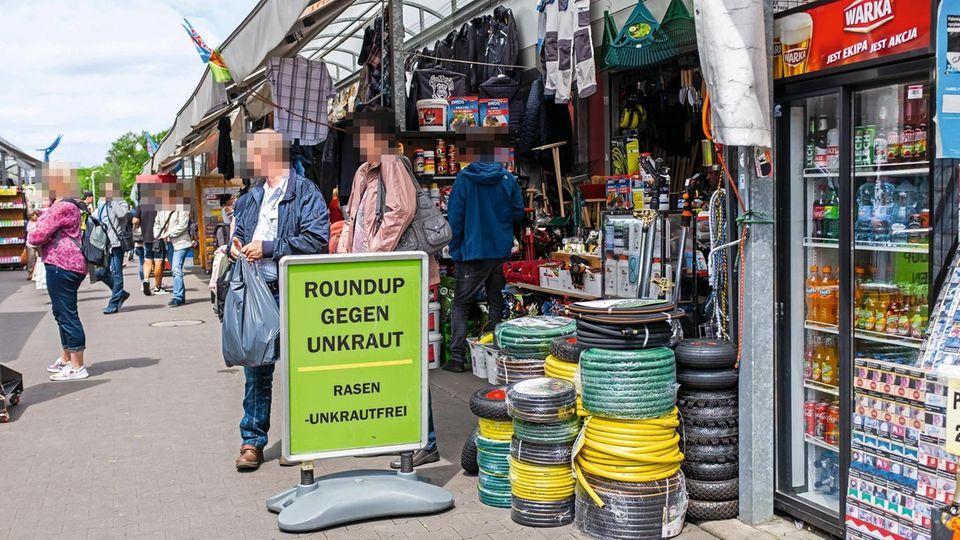 Verkaufs-Hit Unkraut-Tod! Auf dem Markt im polnischen Słubice werden Produkte verkauft, deren Gebrauch in Deutschland verboten ist
