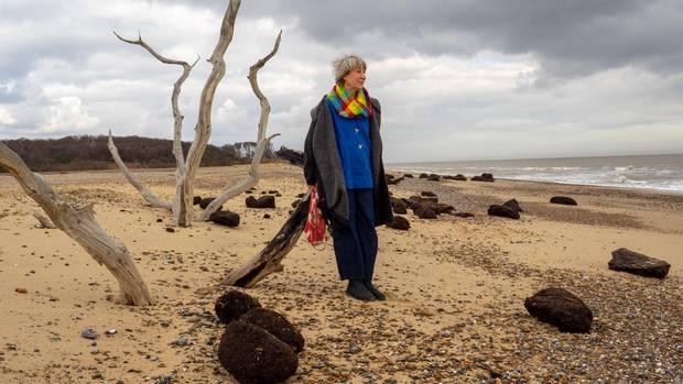 Die britische Schriftstellerin Julia Blackburn am Strand von Covehithe, Suffolk. Ihr Blick geht dorthin, wo vor Jahrtausenden Steinzeitmenschen Jagd auf Wildschweine und Wisente machten.