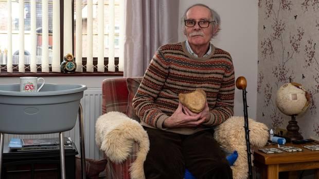 Der Archäologe Bob Mutch in seinem Haus in Pakefield, Großbritannien