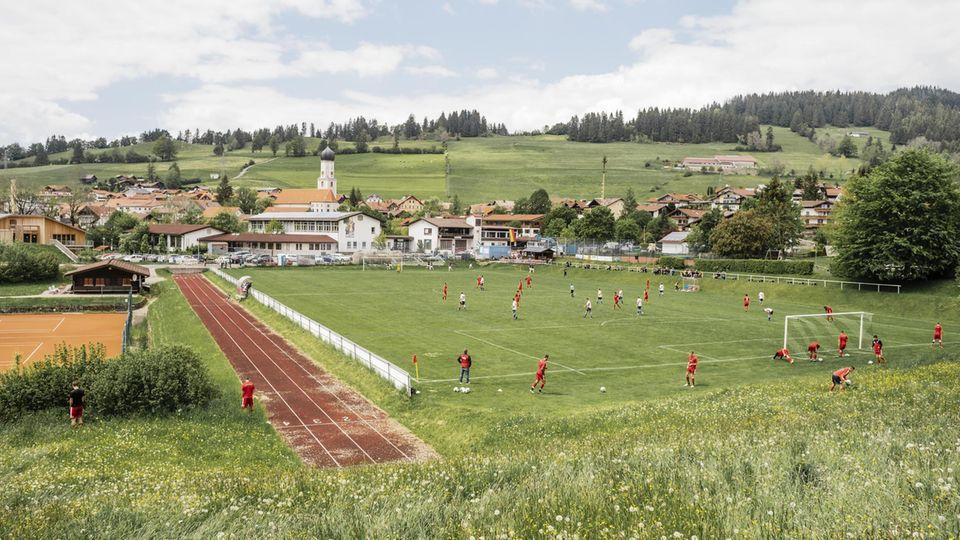Der Ball rollt, am Spielfeldrand läuft's. FC Rettenberg II – SG Seifriedsberg/SW Sonthofen II, B-Klasse,Allgäu