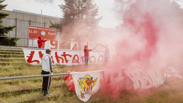 Die Ultras der Basis: Anhänger des SV Lichtenberg 47 feiern den Aufstieg.Berlin, Kreisliga A, Staffel 2.