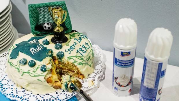 Sportlernahrung: Der SV Stern Britz 1889 feiert den 90. Geburtstag eines Gründungsmitglieds. Berlin, Kreisliga B.