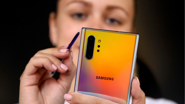Eine Frau gibt mit dem Eingabe-Stift etwas auf dem Galaxy Note 10 ein