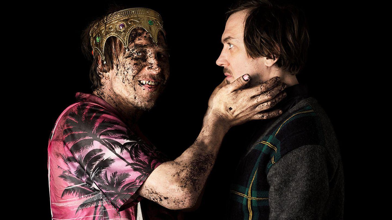 Lars Eidinger posiert für das Projekt als verdreckter Hamlet