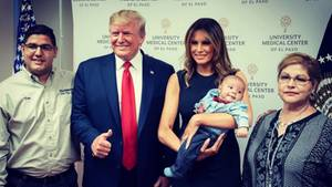 Daumen hoch: Donald und Melania Trump lassen sich mit Waisenbaby von El Paso fotografieren