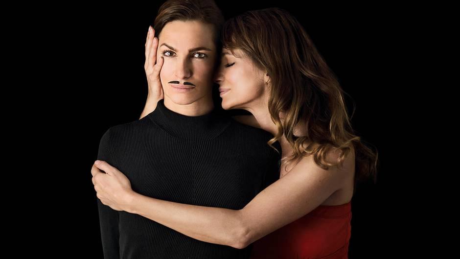 Alexandra Kamp posiert mit einem Schnurrbart. Klischeehafte weibliche Eigenschaften schreibt sie sich nicht zu.