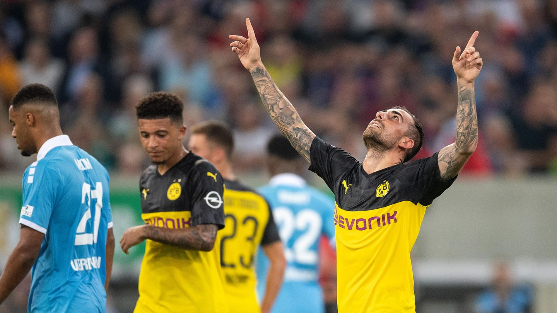 Dortmunds Torschütze Paco Alcacer (r) jubelt nach seinem Treffer zum 2:0