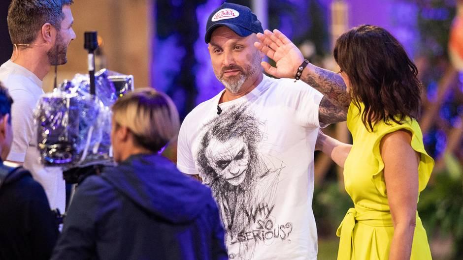 """Zlatko (Mitte) winkt bei der Auftaktshow zur neuen Staffel der Sat.1 Realityshow """"Promi Big Brother"""""""