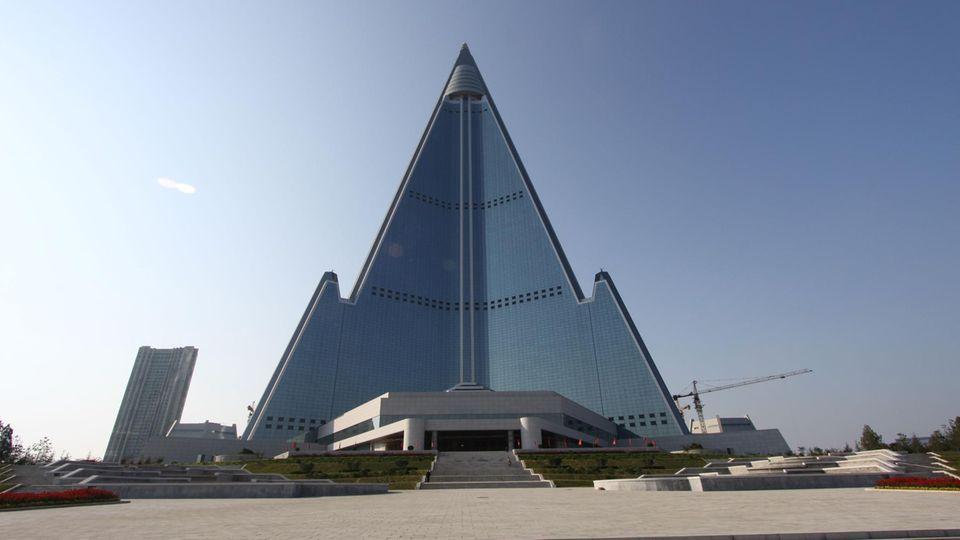 DasRyugyong Hotel, noch ohne LED-Lichter (2012)