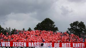 Anhänger des FC Schalke 04 setzen ein Zeichen gegen Rassismus