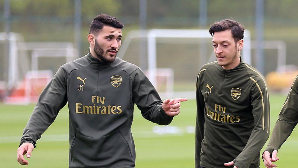 Sead Kolasinac (l) und Mesut Özil bei einer Trainingseinheit des FC Arsenal.