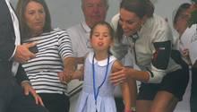 Prinzessin Charlotte streckt die Zunge raus
