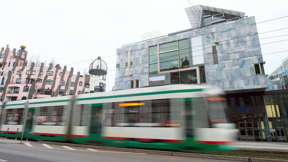Sachsen-Anhalt, Magdeburg: Eine Straßenbahn fährt am Gebäude der NordLB vorbei