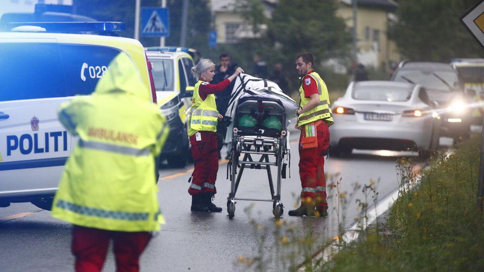 Norwegen, Oslo: Rettungssanitäter treffen am Einsatzort ein