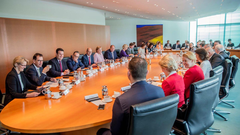 Kanzlerin und Minister sitzen zu Beginn der Sitzung des Bundeskabinetts im Kanzleramt am Kabinettstisch