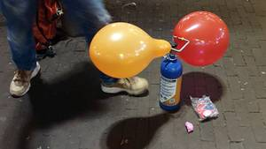 Ein Straßenhändler in den Niederlanden verkauft mit Lachgas gefüllte Luftballons.