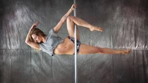 """Poledance: Kathi Lemcke in ihrem Poledance-Studio """"Nordpole"""" an der Stange"""