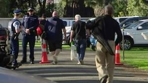 Menschen bringen ihre nun verbotenen Waffen zur Abgabe