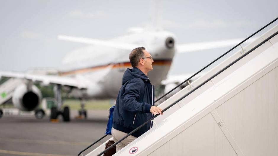 Bundesaußenminister Heiko Maas besteigt einen Regierungsflieger