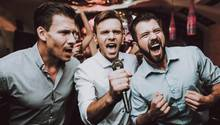 Männer singen Karaoke