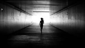 Frau rennt durch den Tunnel