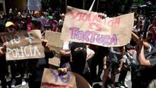 Demonstrantinnenvor dem Polizeipräsidium der mexikanischen Hauptstadt