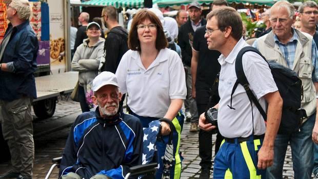 Dieter wird von Melanie Meyer im Rollstuhl geschoben. Mit dabei ist Frank Lindenthal (l.)