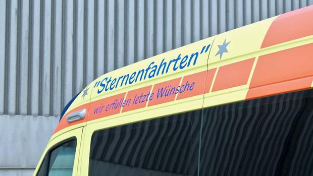 """Auf dem Krankenwagen des ASN steht: """"Sternenfahrten – wir erfüllen letzte Wünsche"""""""