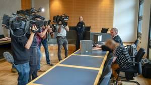Die Angeklagte nimmt vor dem Magdeburger Landgericht neben ihrem Verteidiger Platz