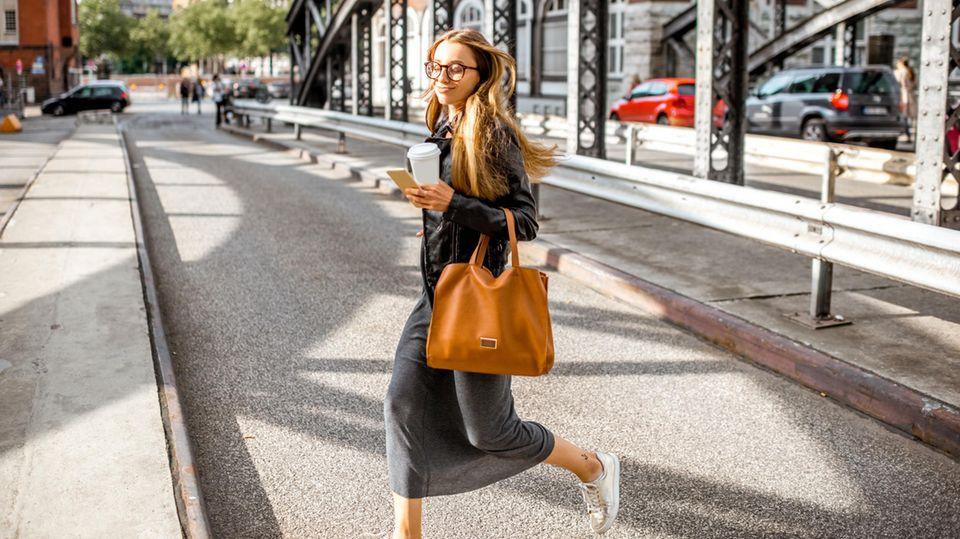 10.000 Schritte am Tag: Eine junge Frau läuft über eine Straße