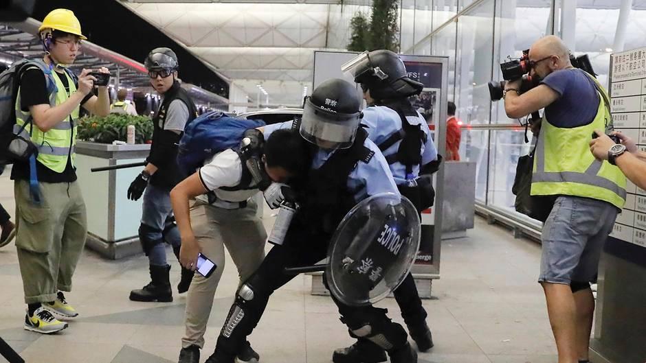 Polizei ging am Flughafen von Hongkong
