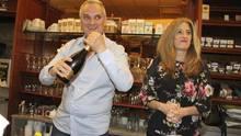Guglielmo Poggi lässt die Korken knallen: In seiner Bar wurde der Rekord-Lottoschein abgegeben