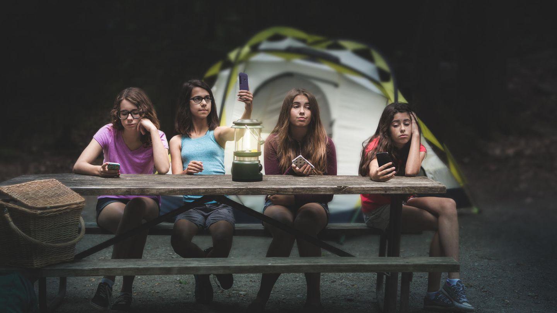 Teenagerinnen vor einem Zelt