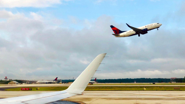 Ein Flugzeug von Delta Air Lines startet am Flughafen von Atlanta.