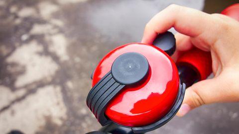 Eine Kinderhand betätigt eine Fahrradklingel