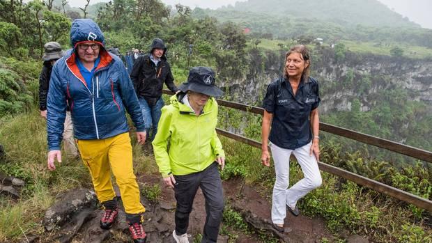 Auf der Galápagosinsel Santa Cruz informiert sich Steinmeier über den Klimawandel und beweist nebenbei, dass in Funktionskleidung kaum einer bella figura macht