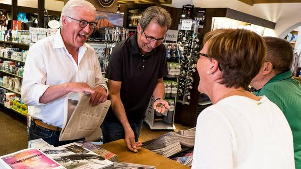 In Südtirol decken sich der Präsident und sein Freund Stephan Kohler morgens in einem Laden mit Lektüre ein